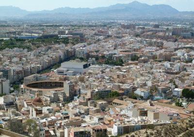 Вид на арену для корриды из крепости Санта Барбара. Аликанте, Испания