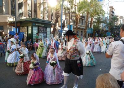 Фестивальная процессия на Hogueres de Sant Joan. Аликанте, Испания