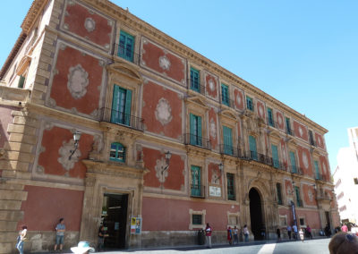 Старинное здание на площади рядом с собором. Мурсия, Испания