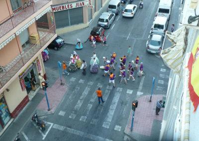 Люди идут на фестивальное шествие Hogueres de Sant Joan в Аликанте, Испания