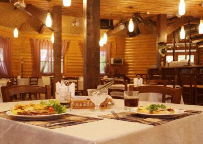 Блюда украинской кухни в ресторане. Отдых в коттеджах в горах Закарпатья