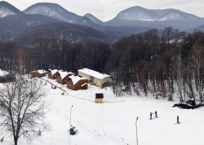 Учебный лыжный склон с подъемником. Отдых в коттеджах в горах Закарпатья