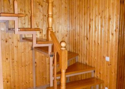 Прихожая с лестницей на 2 этаж. Отдых в коттеджах в горах Закарпатья