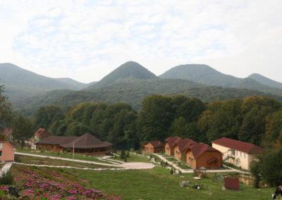 Вид на коттеджи и ресторан в горах Закарпатья