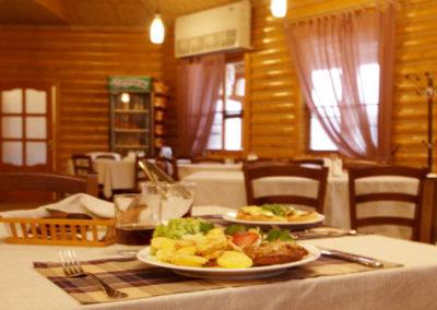 Европейская кухня в ресторане. Отдых в коттеджах в горах Закарпатья