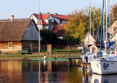 Музей в Вегоржево - старые избы рядом с яхт-клубом. Мазуры, Польша.